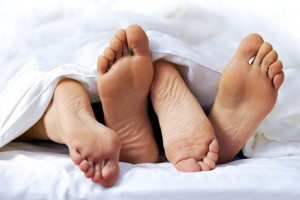 Sexualstörungen, Close-up of the feet of a couple on the bed, Fotolia.de